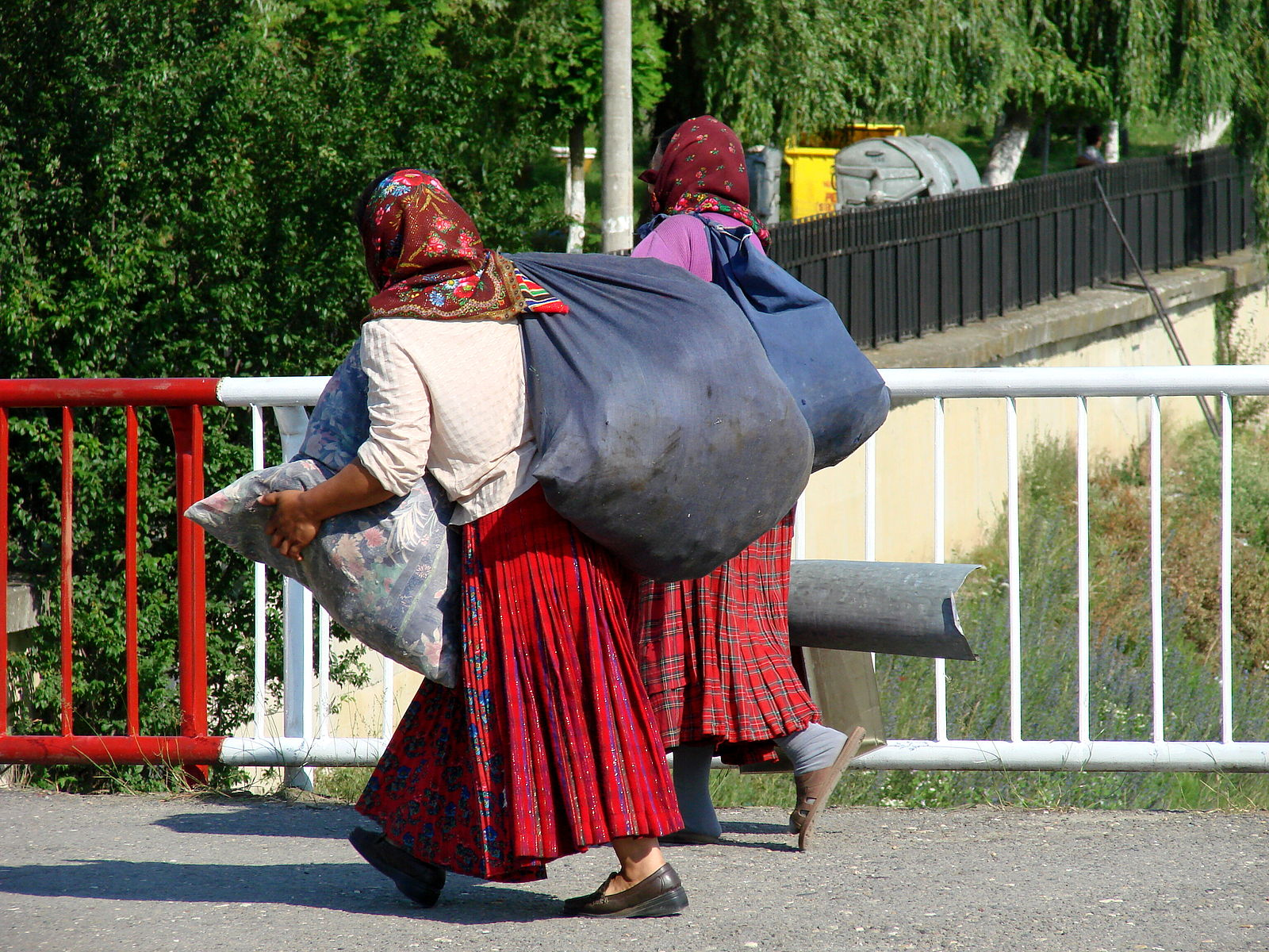 Roma-Gypsy_Women_-_Sighisoara_-_Romania.jpg