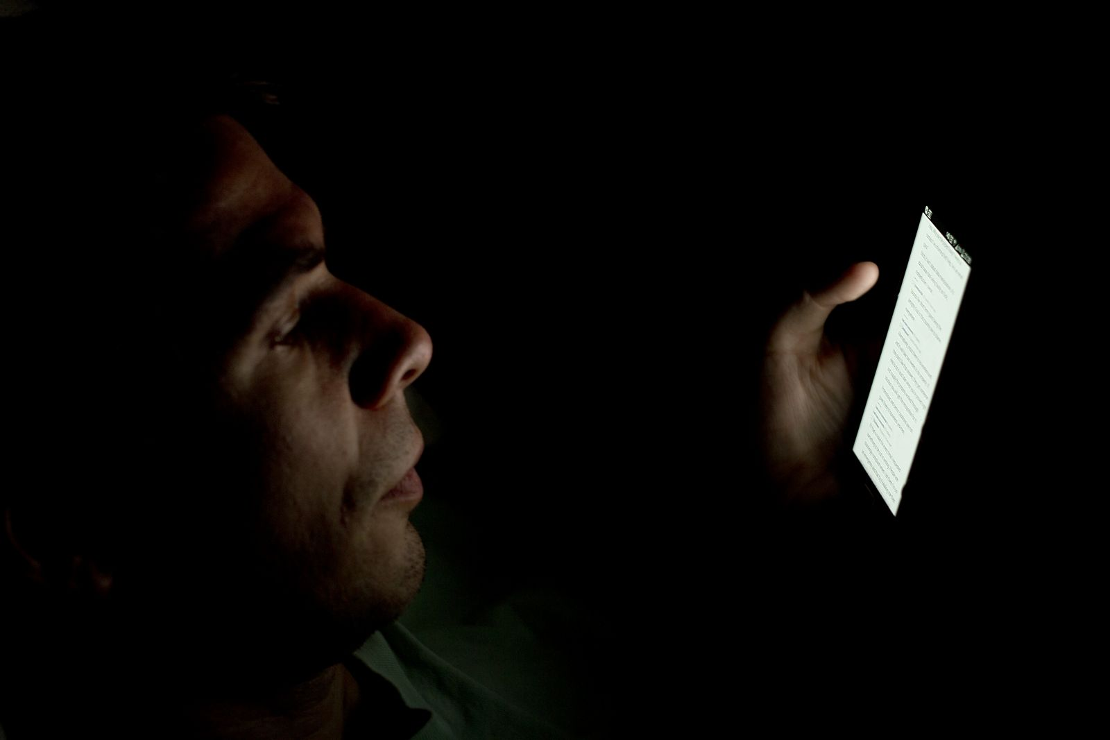 Person_looking_at_smartphone_in_the_dark_(2).jpg