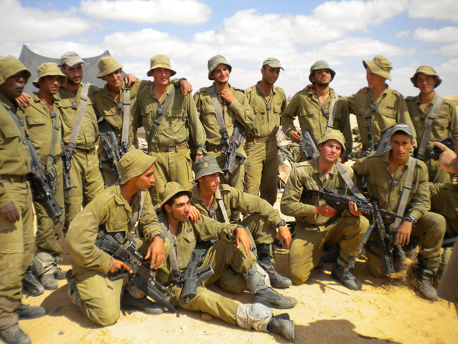 Flickr_-_Israel_Defense_Forces_-_Soldiers_Graduate_Combat_Training,_Pose_for_Group_Picture.jpg