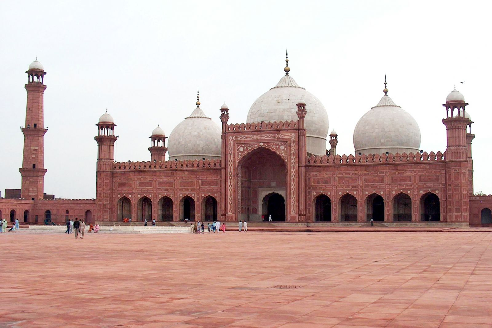 Badshahi_Mosque_July_1_2005_pic32_by_Ali_Imran_(1).jpg